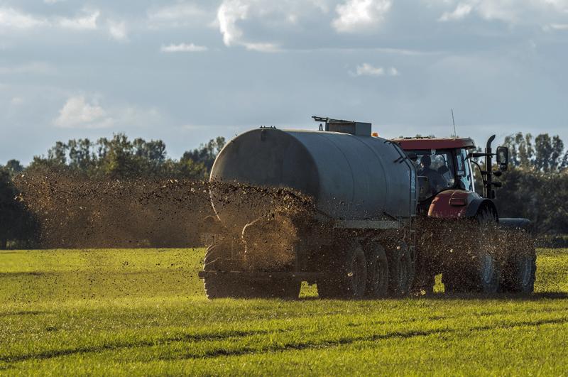 Gülle wird auf Feld ausgebracht - der Schutz der Böden als Grund, vegan zu leben