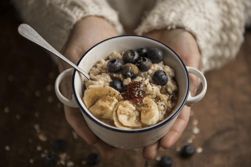 Frau mit Müslischale - ausgewogene vegane Ernährung ist gesund