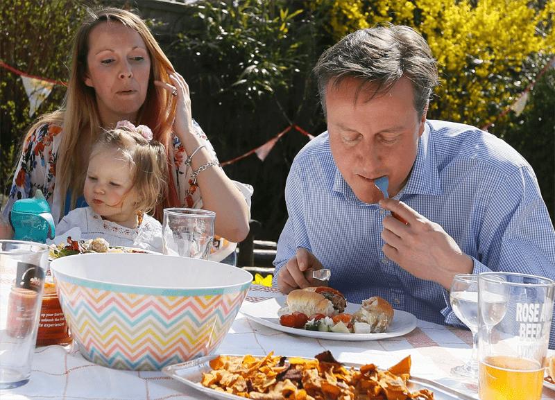David Cameron ist eine Wurst im Wahlkampf und benutzt dafür Messer und Gabel